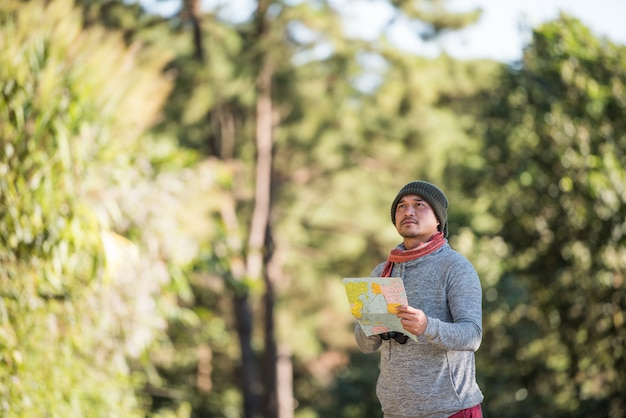 Mannreisender, der allein in der wildnis geht Kostenlose Fotos
