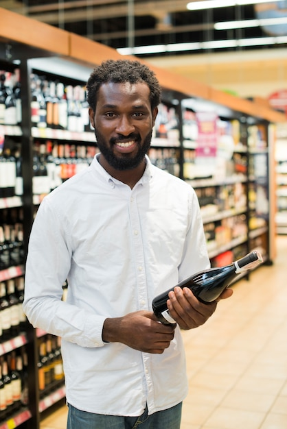 Mannsammelnflasche wein im alkoholabschnitt Kostenlose Fotos