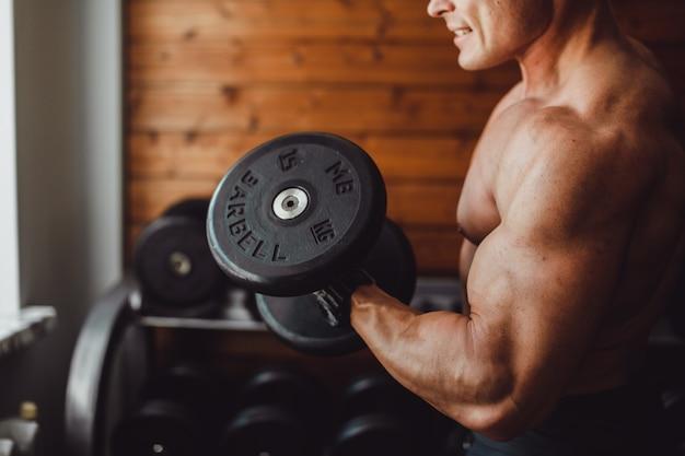 Manntraining im fitnessstudio Kostenlose Fotos