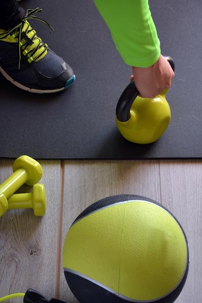Manntraining mit kettlebell und medizinball zu hause Premium Fotos
