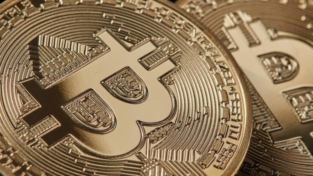 Marco schoss von gold bitcoins neuer moderner währung für bitcoin-zahlungen. bitcoin-kryptowährung. e-geld-mining-konzept Premium Fotos