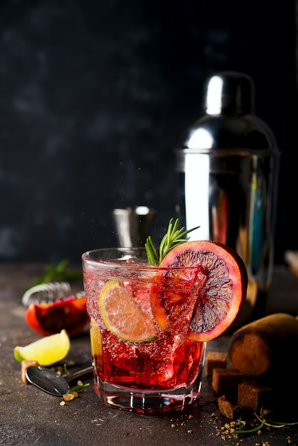 Margarita cocktails mit eis und thymian auf dunklem backgorund Premium Fotos