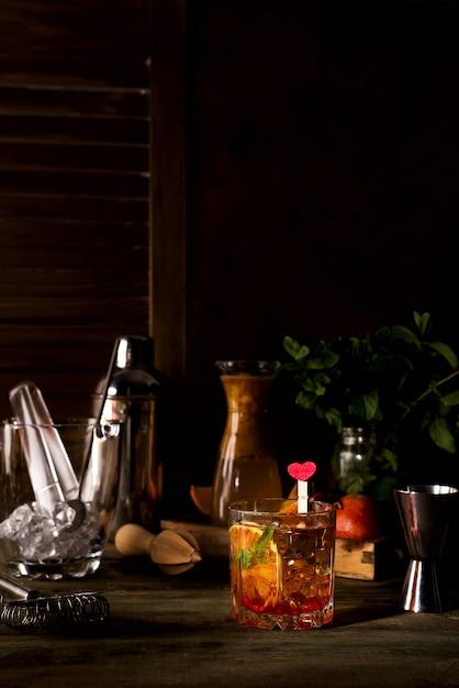 Margarita coctail mit eis und minze auf hölzernem hintergrund Premium Fotos