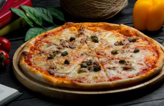 Margarita-pizza mit schwarzen oliven Kostenlose Fotos
