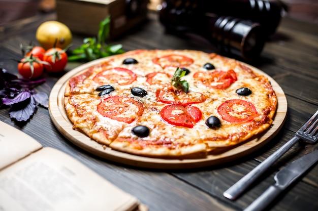 Margarita pizza mit tomatenseitenansicht Kostenlose Fotos
