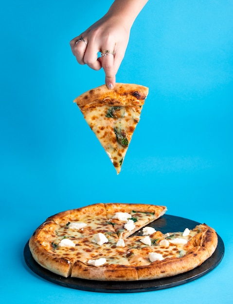 Margherita-pizza mit käse-basilikum und mozzarella Kostenlose Fotos