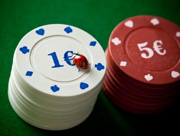 Marienkäfer mit pokerchips Premium Fotos