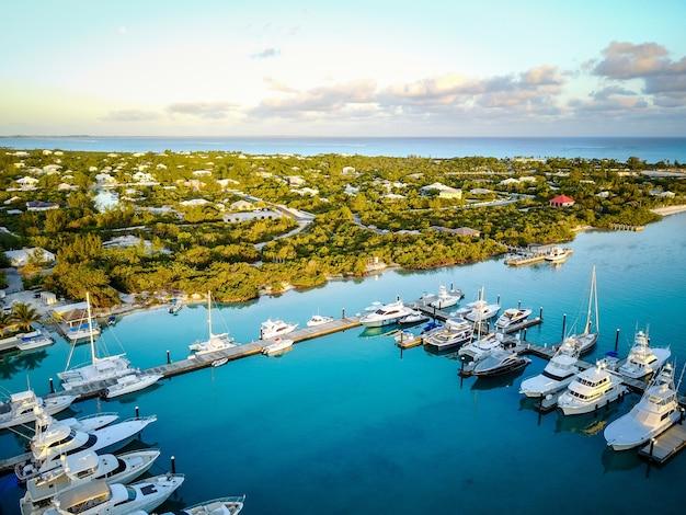 Marina bei sonnenaufgang mit luxusyachten auf den turks- und caicosinseln Kostenlose Fotos