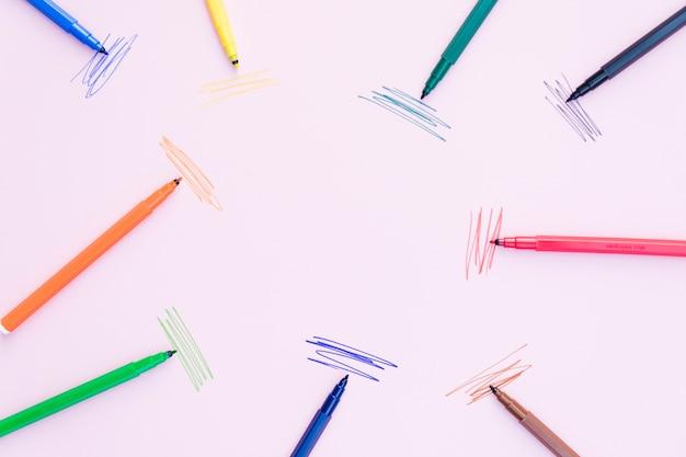 Markierungsstifte, die nahe anschlägen liegen Kostenlose Fotos