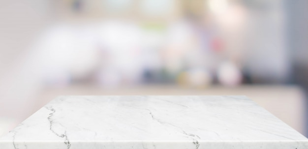 Marmortischplatte der leeren perspektive mit unscharfem hauptküchenhintergrund Premium Fotos