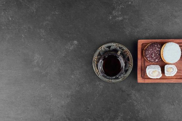 Marshmallow kekse und ein glas tee, draufsicht. Kostenlose Fotos