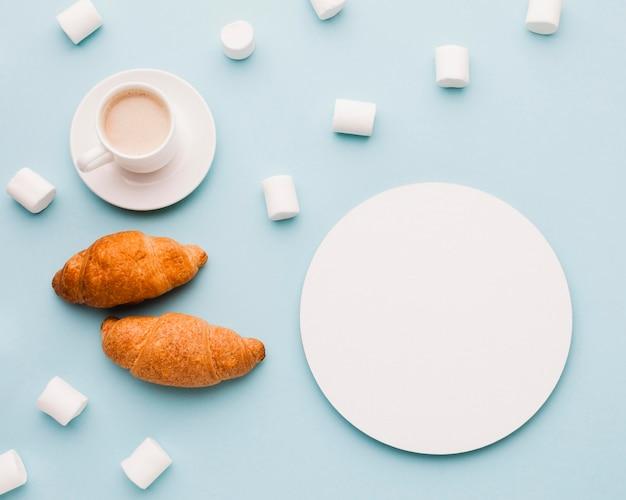 Marshmallow mit croissants und kaffee zum frühstück Kostenlose Fotos