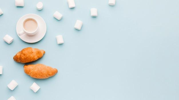 Marshmallow mit croissants und kaffee Kostenlose Fotos