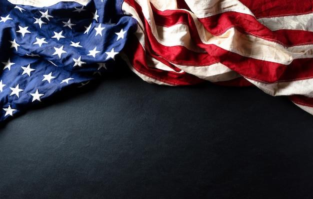 Martin luther king day feierte konzept. amerikanische flagge gegen hölzernen hintergrund Premium Fotos