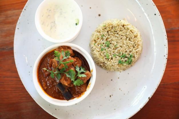 Masala-curry, indisches essen mit biryani-reis Premium Fotos