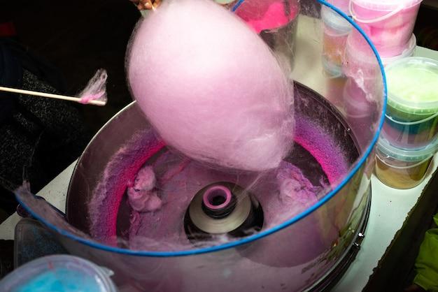 Maschine zur herstellung von zuckerwatte durch drehen und rösten des rosa zuckers Premium Fotos