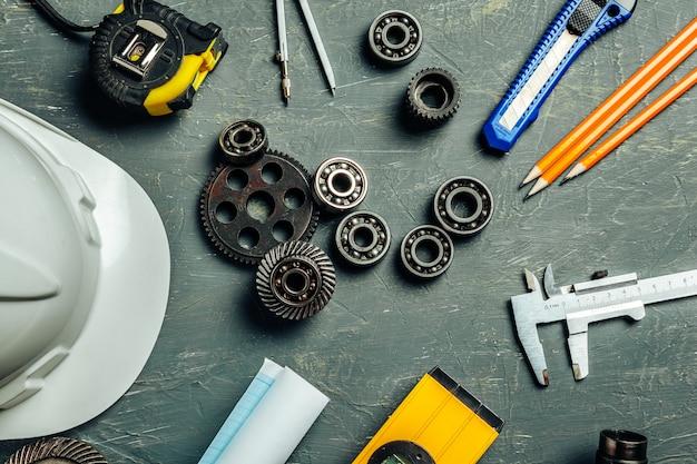 Maschinenbauingenieurwerkzeugsatz auf dunklem hölzernem Premium Fotos
