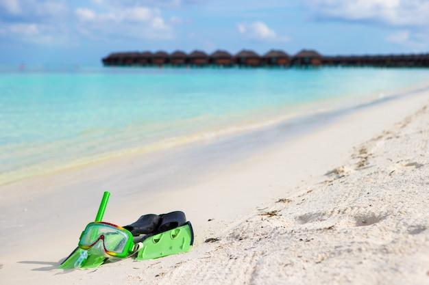 Maske, schnorchel und flossen zum schnorcheln am weißen sandstrand Premium Fotos