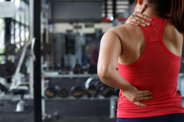 Massage des weiblichen körpers im turnhallenhintergrund. gesundheits- und bewegungskonzepte. Premium Fotos