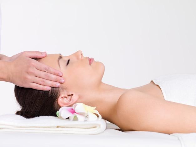 Massage für das gesicht der jungen schönen frau - horizontal Kostenlose Fotos