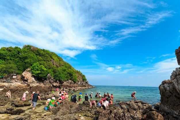 Massen von sonnenanbetern unternehmen einen tagesausflug mit dem boot zur insel kai, einem der schönsten strände und in der nähe der insel phi phi in thailand. Premium Fotos