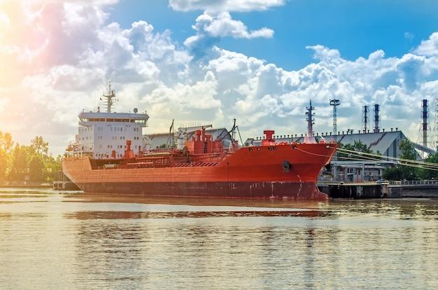 Massengutfrachter im hafen. schiffsbeladung im hafen, lkw. Premium Fotos