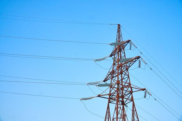 Mast und übertragungsleitung auf blauem himmel Premium Fotos