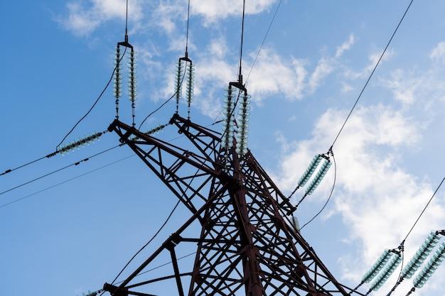 Mast- und übertragungsstromleitung sehen unten an. blauer himmel Premium Fotos