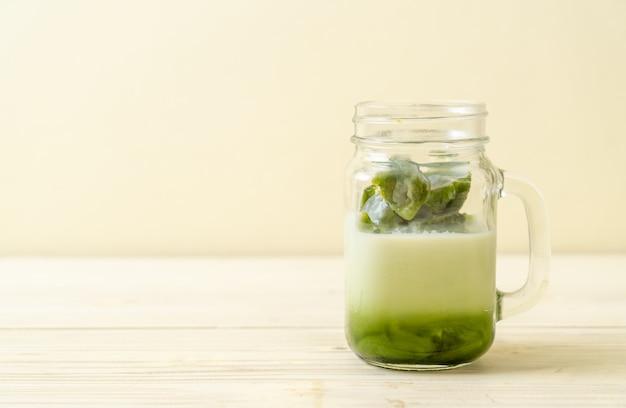 Matcha grüner tee eiswürfel mit milch Premium Fotos