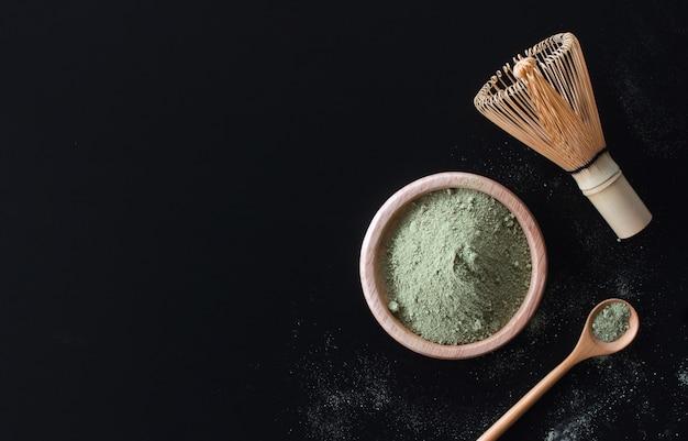 Matcha grüner tee latte auf schwarzer tabelle Premium Fotos