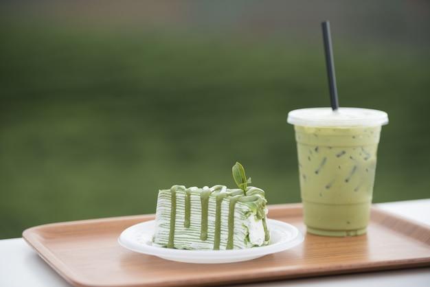Matcha grüntee-crêpe-kuchen und grüntee-milch, produkt aus grünem teeblatt. Premium Fotos