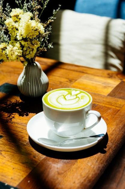 Matcha latte des grünen tees in der weißen schale Kostenlose Fotos