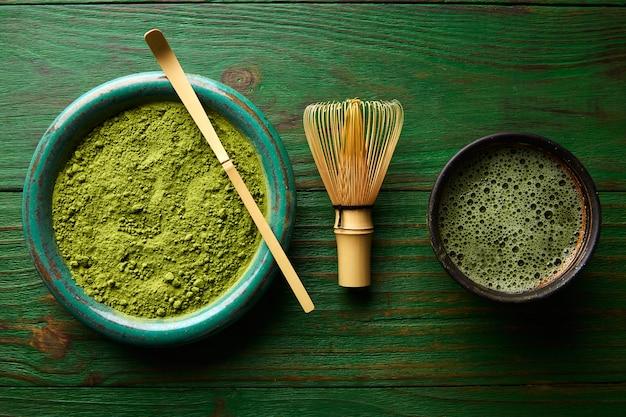 Matcha tee pulver bambus chasen und löffel Premium Fotos