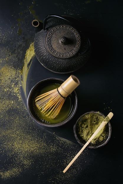 Matchapulver und -getränk des grünen tees Premium Fotos