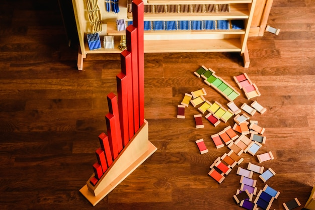 Material für montessori-stil schulen von farben und mathematik. Premium Fotos