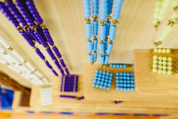 Materialien in einem klassenzimmer für schüler der alternativen montessori-pädagogik. Premium Fotos