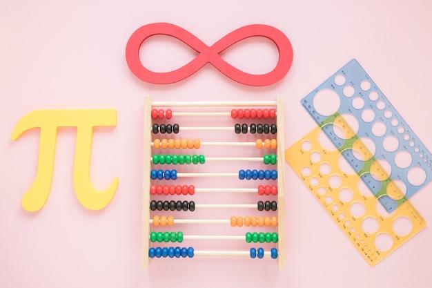 Math lineale liefert mit wissenschaftssymbolen und abakus Kostenlose Fotos