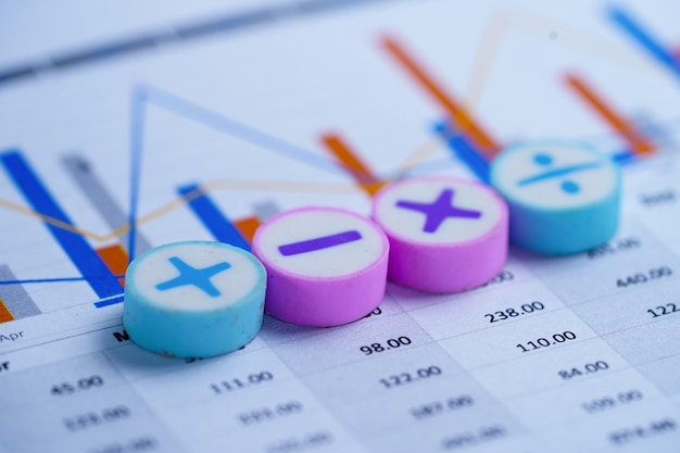 Math symbols charts graphs-kalkulationstabelle. Premium Fotos