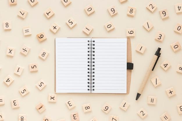 Mathematik mit zahlen und notebook Kostenlose Fotos
