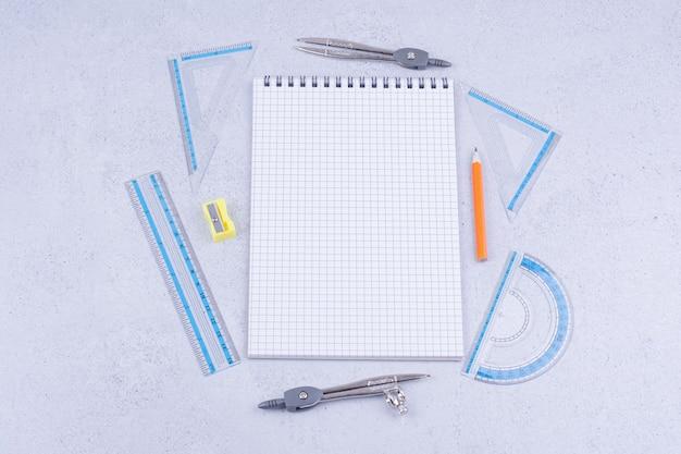 Mathematikkonzept mit einem stück kariertem papier und werkzeugen Kostenlose Fotos