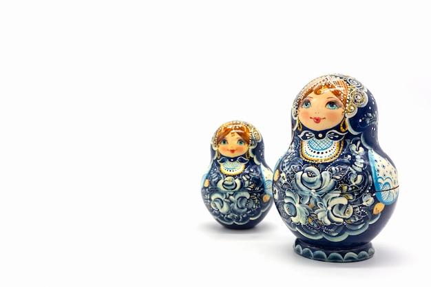 Matroschka-puppen lokalisiert auf einem weißen hintergrund. russische hölzerne puppe-andenken. Premium Fotos