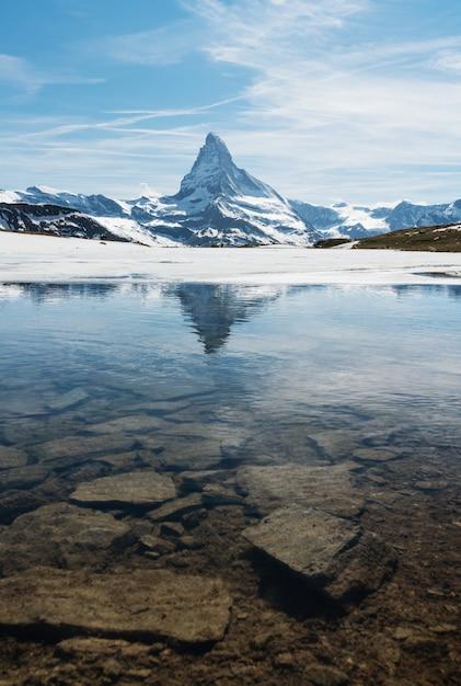 Matterhorn berglandschaft mit see in zermatt, schweiz Premium Fotos