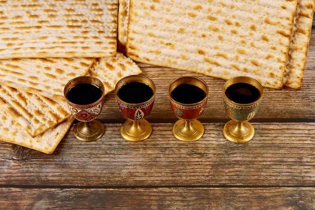 Matzah und vier tassen wein Premium Fotos