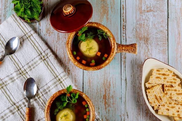 Matzokugelsuppe in keramikschalen mit deckel. Premium Fotos