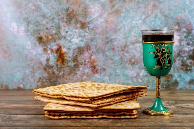 Matzos-brot mit kiddusch-tasse wein jüdischer pesah-feiertag. Premium Fotos