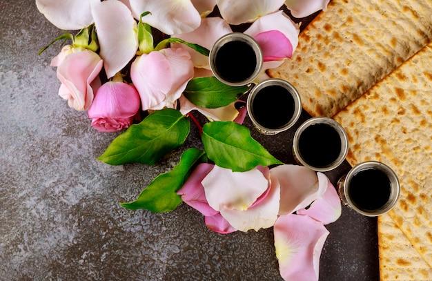 Matzos des passahfestes mit ungesäuertem matzo-brot auf kiddusch-tasse wein Premium Fotos