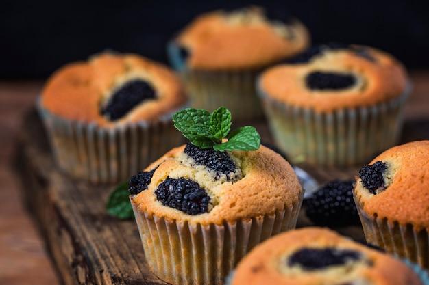 Maulbeer-muffin-kuchen Premium Fotos