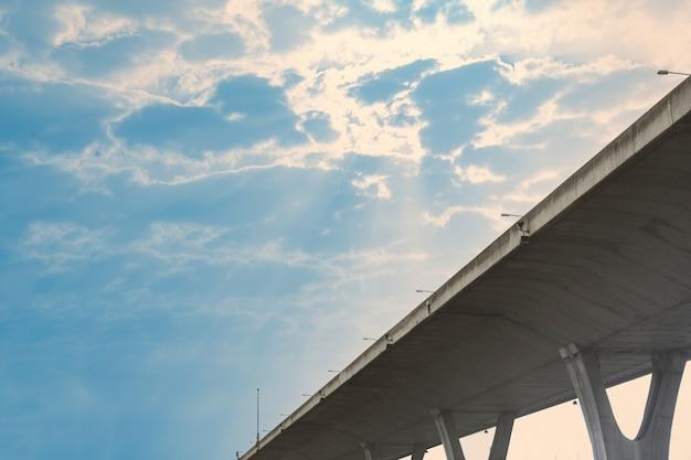 Mautstraße auf blauem himmel mit wolken und sonnenstrahlleckage, ansicht von unten, tageszeit Premium Fotos