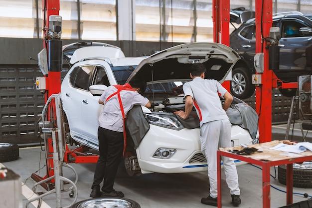 Mechaniker arbeiten auto wartung Premium Fotos