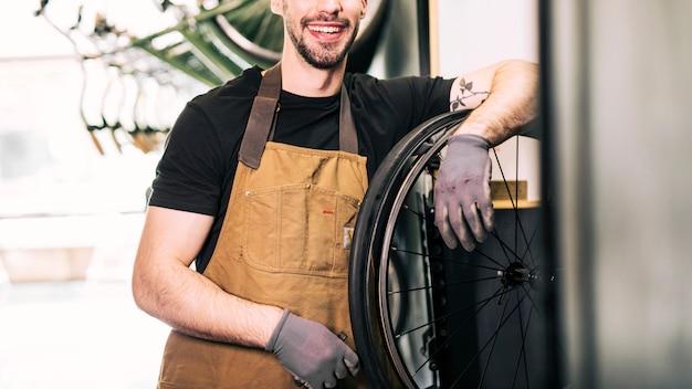 Mechaniker, der ein fahrrad repariert Kostenlose Fotos